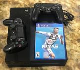 PS4 Console+2 Controllers+Fifa 19 CD