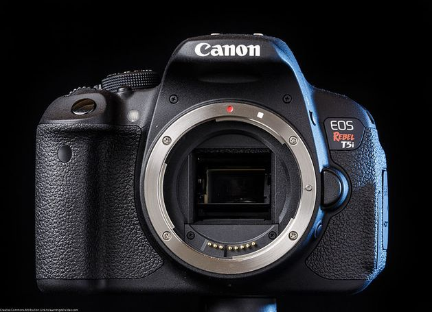 Canon t5i with battery grip two batteries 28-135mm 18-55 mm lenses